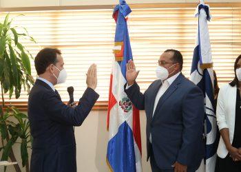El ministro de Industria y Comercio, Víctor Bisonó, juramenta a Lorenzo Ramírez como director del Indocal.