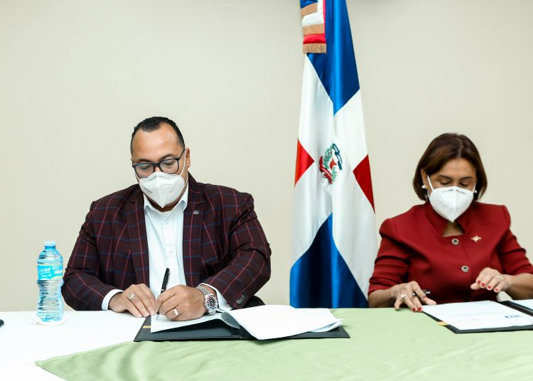 El acuerdo fue rubricado por el director general del Indocal, Lorenzo Ramírez y la directora de Lavecen, Griselda López.