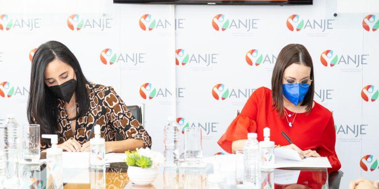 Susana Martínez Nadal, presidenta ANJE, y María Elisa Holguín López, directora general de la UAF.