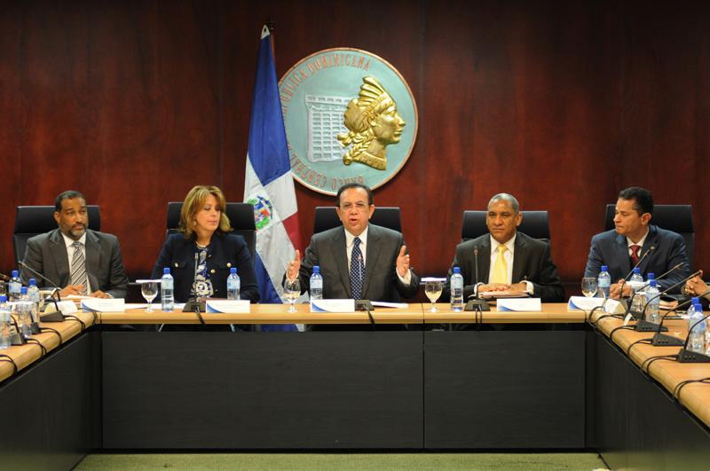 El gobernador del Banco Central, Héctor Valdez Albizu, junto a funcionarios de la institución. / ARCHIVO.