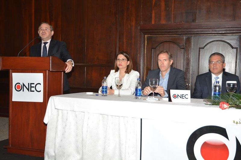 Guarocuya Félix participó como orador en el desayuno mensual de la ONEC abordando el tema de la DGII y la lucha contra la informalidad en República Dominicana.