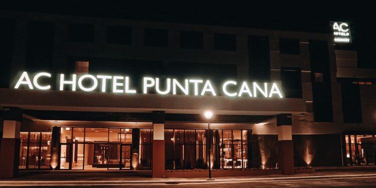 Vista nocturna de AC Hotel Punta Cana.   Fuente externa.