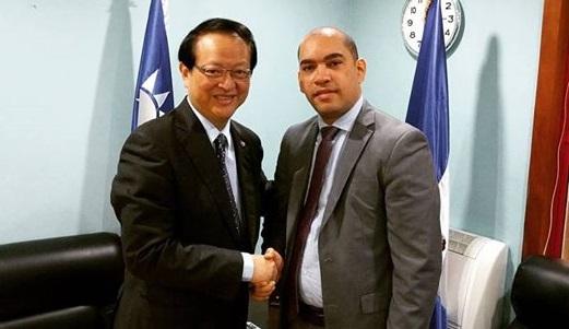 aldo rodriguez junto al embajador de taiwan