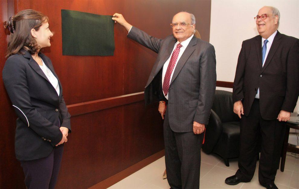 acofave andrés avelino abreu develiza el letrero que designa con su nombre, en compañía de carla frías y enriquez fernández.