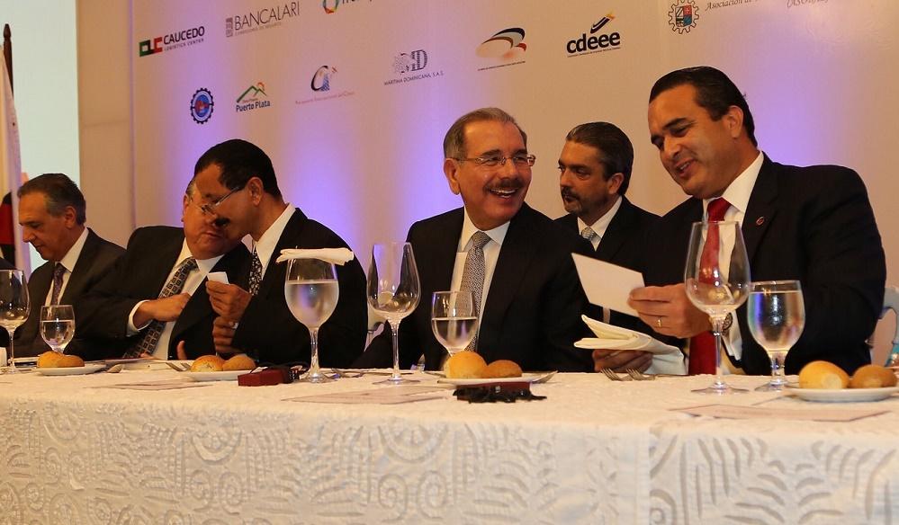 El presidente Danilo Medina, el sultan Ahmed Bin Sulayem y José Tomás Contreras presidieron la mesa de honor en el Almuerzo de Adozona.