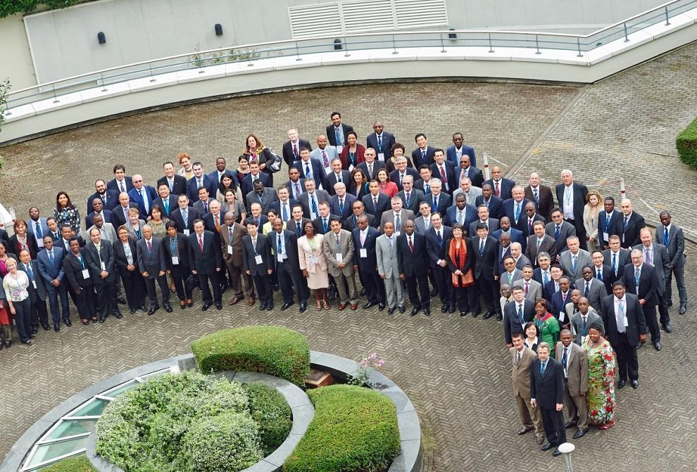 Foto oficial de la 121va / 122va Reunión Anual del Consejo de Directores de la Organización Mundial de Aduanas celebrada en Bruselas, Bélgica, que reúne a 179 países.