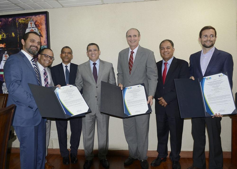La entrega de los certificados como OEA fueron entregados por el director de Aduanas, Fernando Fernández./elDinero
