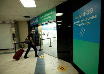 Fotografía tomada el pasado 12 de octubre en la que se registró la entrada de un pasajero al centro de prueba para la detección del covid-19 en el aeropuerto internacional de Tocumen, en Ciudad de Panamá. | Bievenido Velasco, EFE.