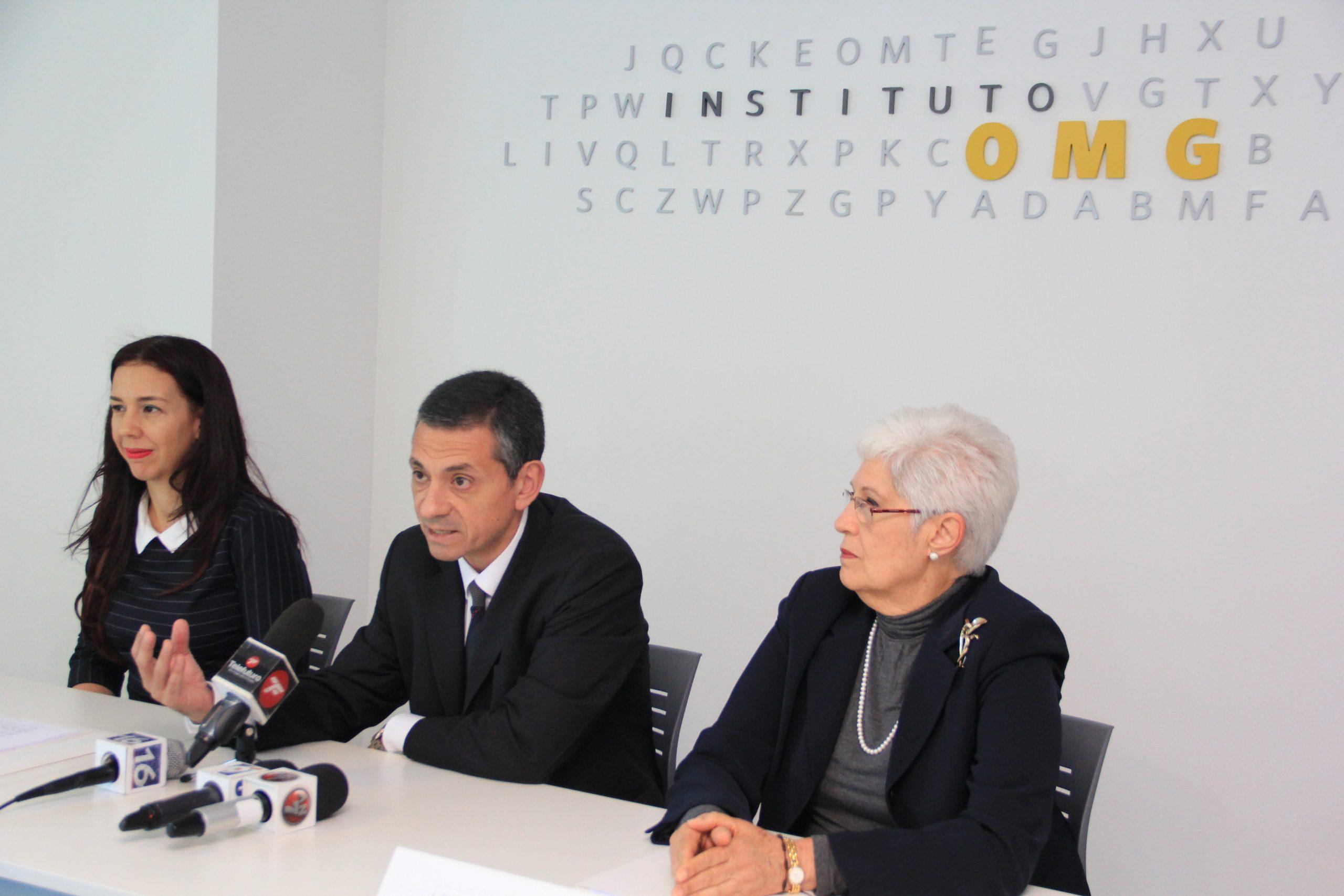 Hugo Acciarri, presidente de la ALACDE; Mónika Infante Henríquez, miembro de su consejo directivo, y Belkis Guerrero Villalona, rectora del Instituto OMG.