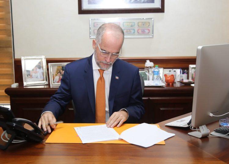 El superintendente de Bancos, Alejandro Fernández W.