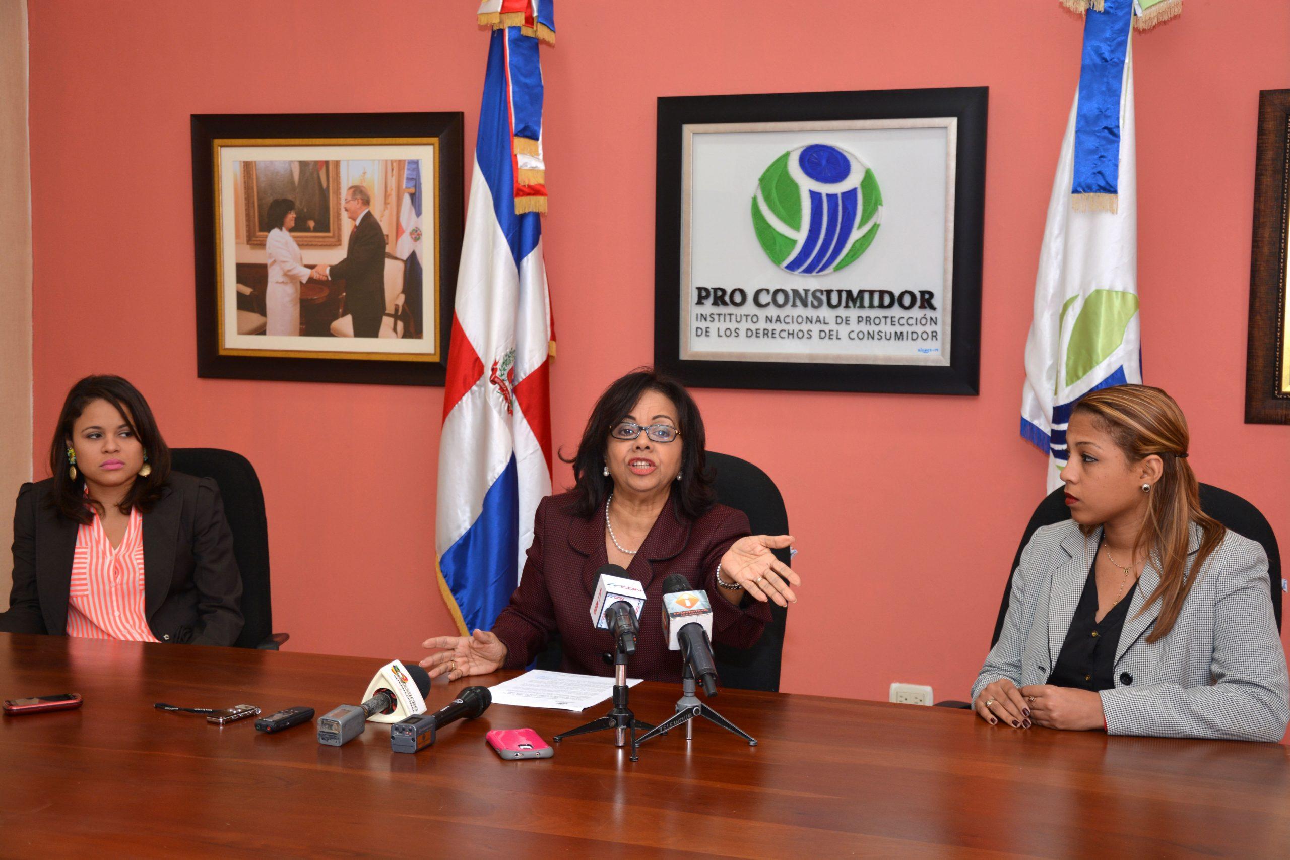 Altagrcia Paulino, directora de ProConsumidor, pidió a los consumidores conservar sus facturas como elementos de pruebas cuando les cobran comisión por sus pagos con tarjetas.