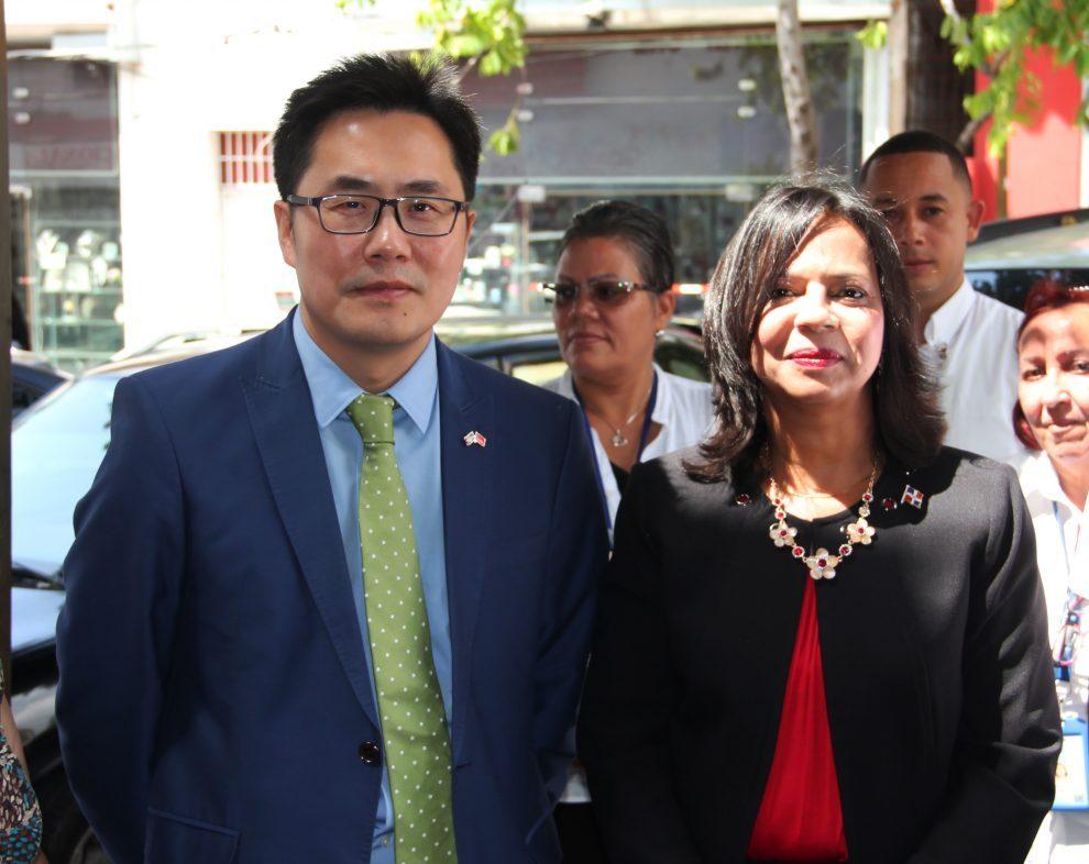 anina del castillo, titular de pro consumidor junto al consejero político zhang buxin, en representación del embajador chino en el país.