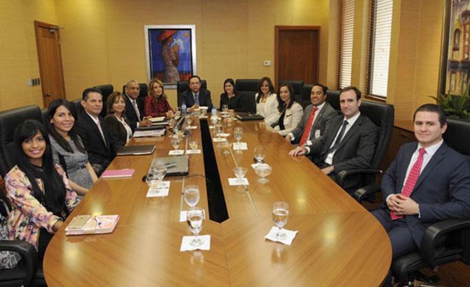 La nueva directiva de la Asociación Nacional de Jóvenes Empresarios (ANJE) visitó al gobernador del Banco Central, Héctor Valdez Albizu