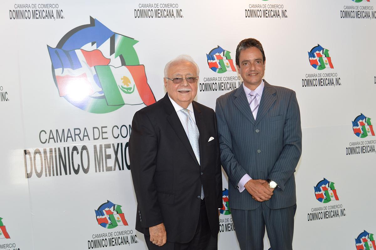 Antonio Isa Conde y Marco Antonio Sánchez, durante la presentación de Carlos E. González como presidente de Codommex.