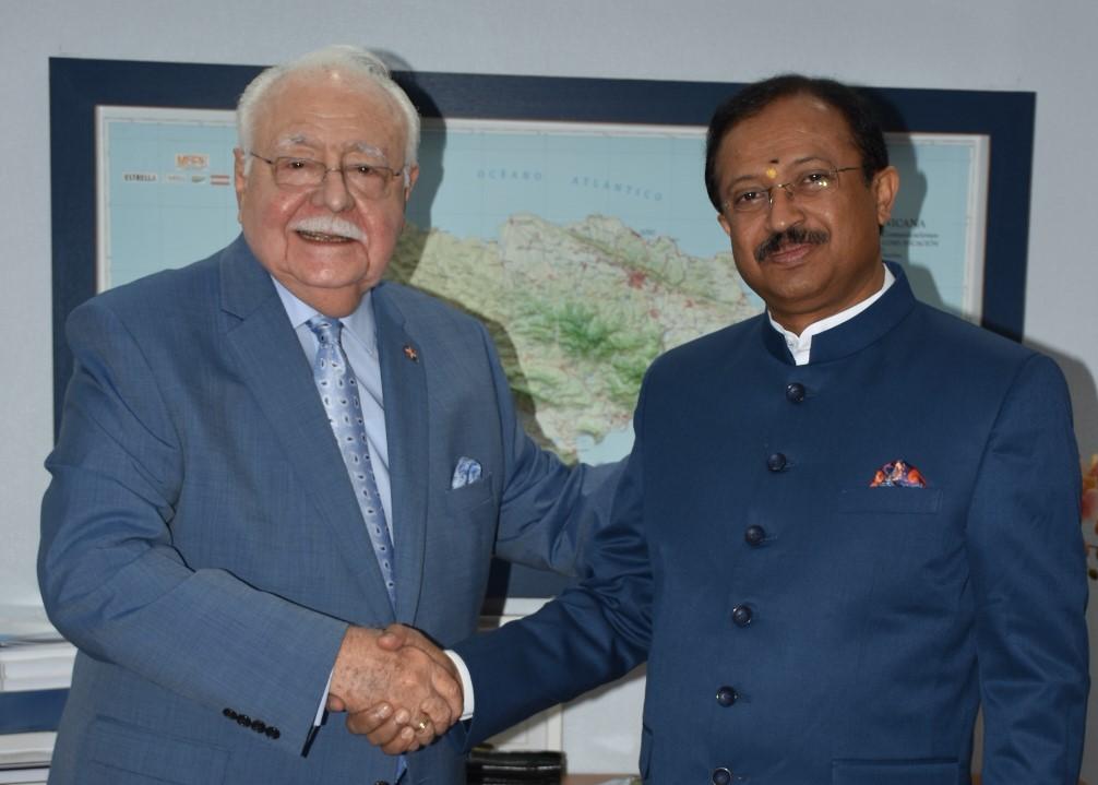 antonio isa conde y el ministro de estado de asuntos exteriores de la india, vellamvelly muraleedharan