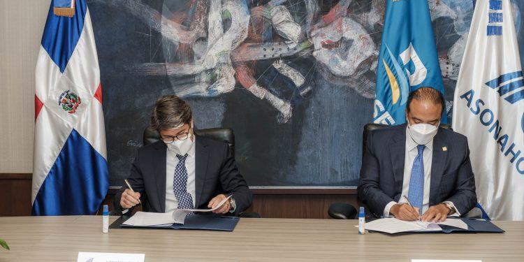 Samuel Pereyra, administrador general de Banreservas, y Rafael Blanco, presidente de Asonahores, firman un acuerdo de colaboración para promover el sector turístico.