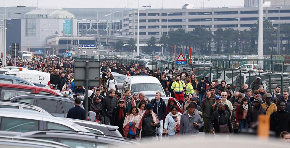 Pasajeros y trabajadores evacúan el edificio de la terminal tras registrarse explosiones en el aeropuerto internacional de Zaventem, en Bruselas. / EFE