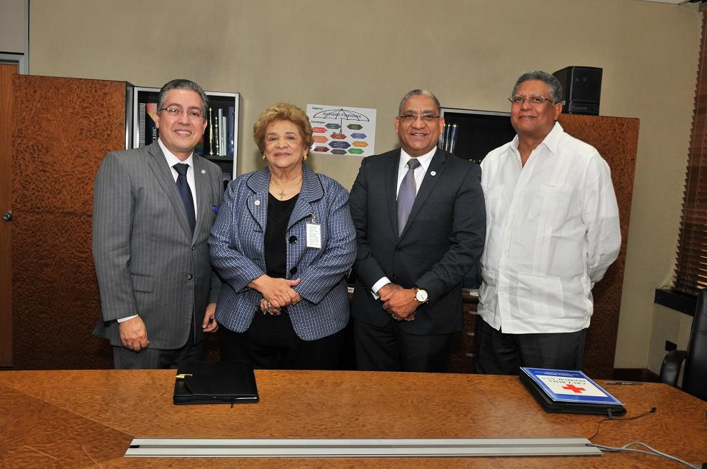 Luis Martín Gómez, Ligia Leroux de Ramírez, Ervin Novas Bello y Gustavo Lara, durante el acto de firma.