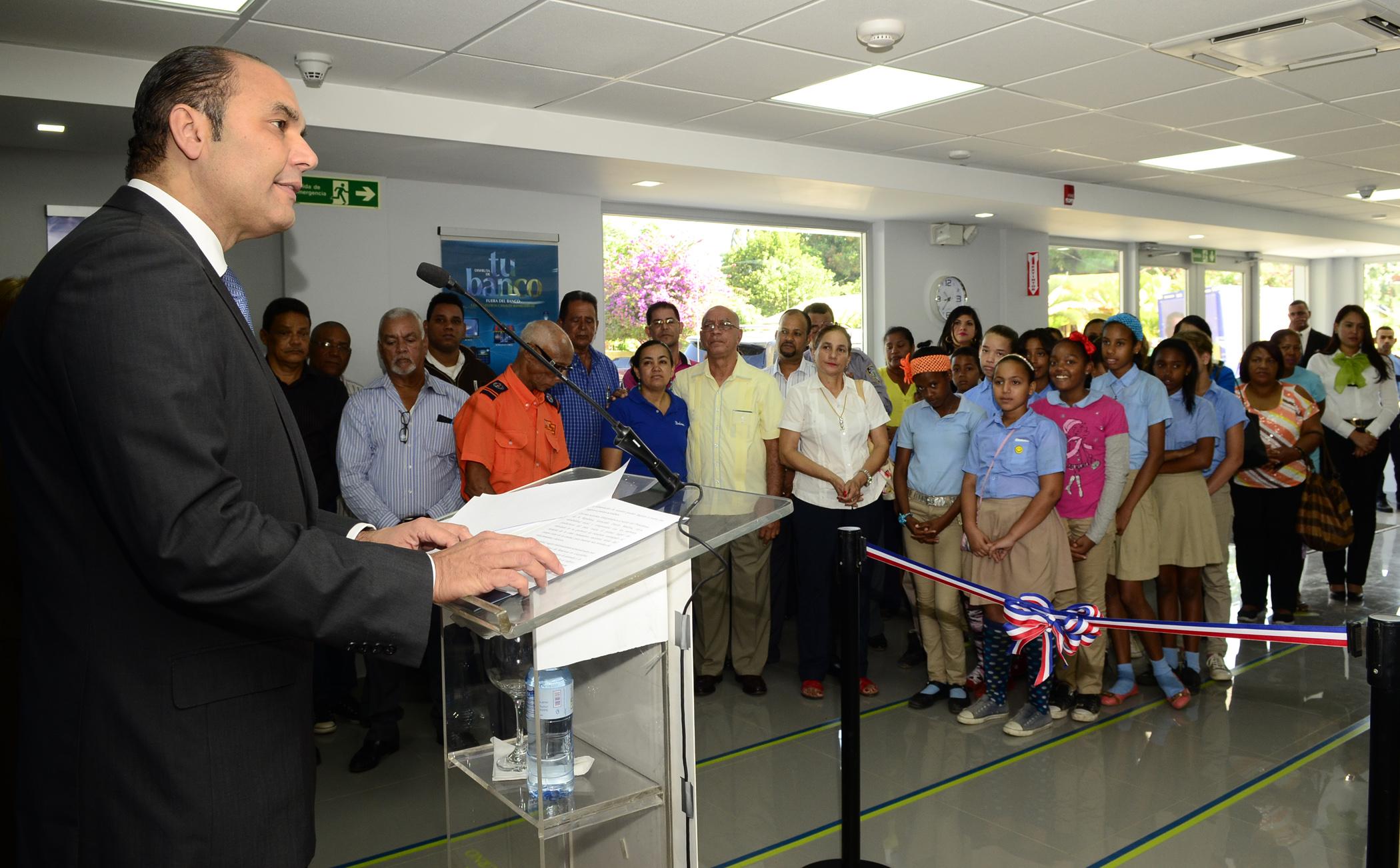 Enrique Ramírez Paniagua se dirige a los presentes durante al inauguración de la oficina del BanReservas en Guayubín.