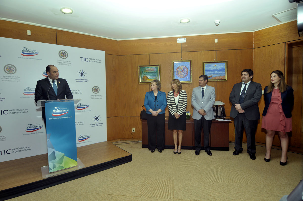 El administrador del Banco de Reservas y los representantes del concurso para jóvenes innovadores.