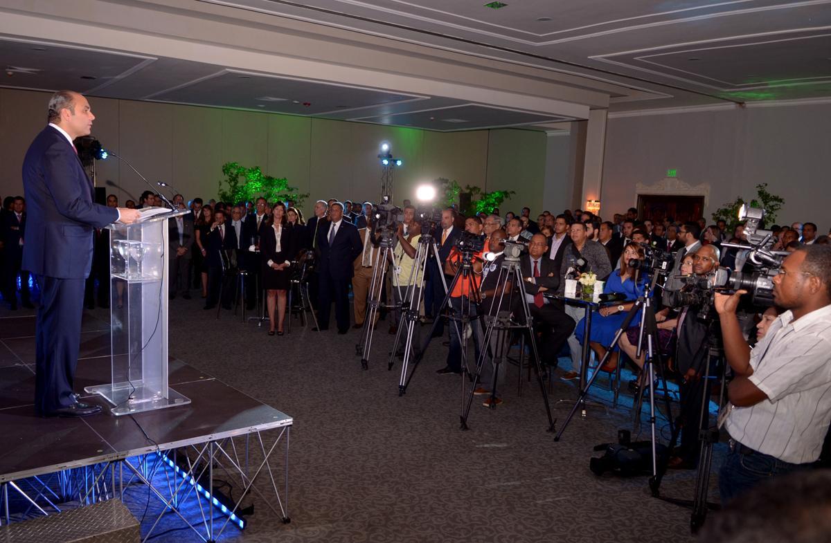 El administrador del Banco de Reservas se dirige a los presentes en el acto de lanzamiento del programa CREE.
