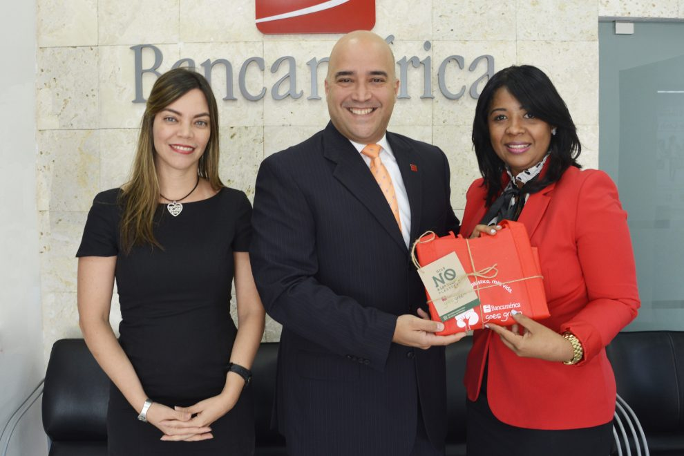 bancamérica evelyn calderón y giacomo giannetto entregan bolsas reultilizables a colaboradores y clientes.