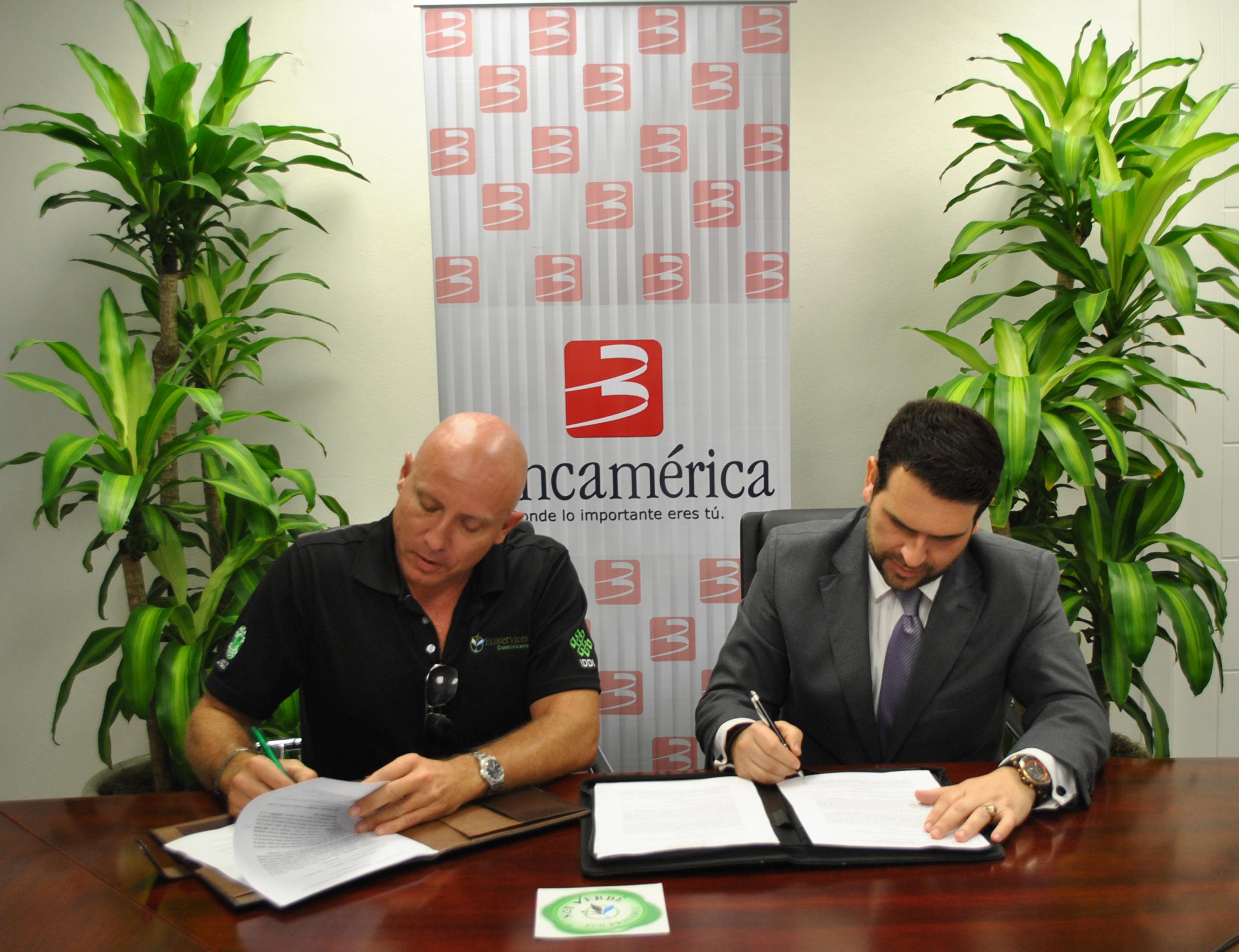 Acto de entrega de la certificación en Bancamerica. Firman el acuerdo Terry Wheat y Jaime Moisu./ elDinero