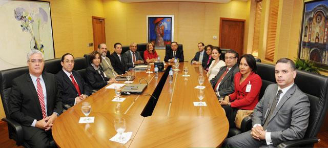 La reunión entre el gobernador Héctor Valdez Albizu y los miembros de Abancord se realizó en la sede del Banco Central./elDinero