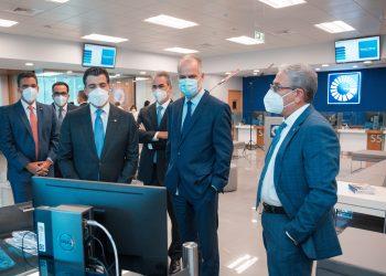 Christopher Paniagua, presidente ejecutivo del Banco Popular Dominicano; Alejandro Fernández W., superintendente de Bancos, y el ingeniero José Hernández Caamaño, vicepresidente del Área de Ingeniería del Banco Popular.