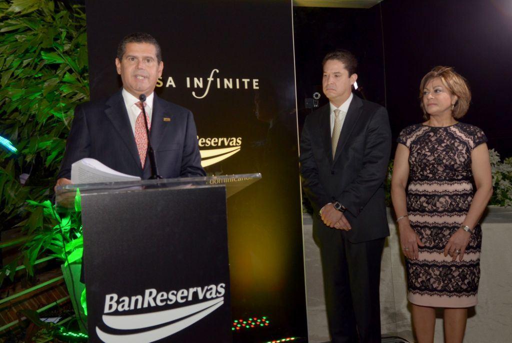 El subadministrador de Negocios BanReservas, William Read Ortiz, habla en el lanzamiento de la tarjeta Visa Infinite-Banreservas. Le acompañan los ejecutivos Luis Guerra y Antonia Subero.