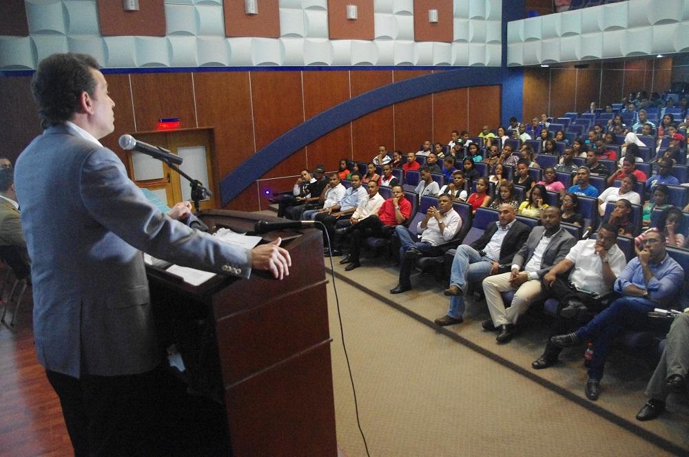 Víctor Bisonó habló frente a jóvenes en la provincia La Altagracia./elDinero