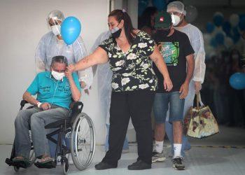 El paciente Iray Fernandes de 70 años, abandona el último hospital de campaña que estaba en funcionamiento en la ciudad de Sao Paulo, Brasil, para el tratamiento de covid-19.   Fernando Bizerra, EFE.