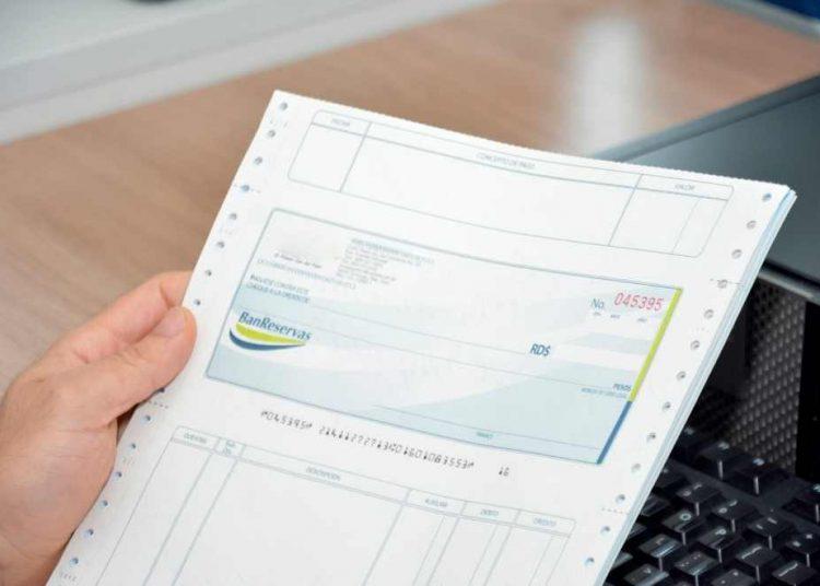 Los cheques, a pesar de la tecnología, siguen como uno de los medios de pagos que más se usan. | Lésther Álvarez
