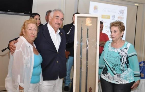 Carlos Martí Besonas durante la entrega de un regalo de parte de sus hermanas María Teresa y Dora/elDinero