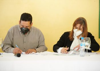 Carlos Pimentel e Irlonca Tavárez durante la firma del acuerdo.