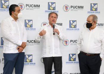 Carlos Sarubbi, vicepresidente de Operaciones y Administración de APAP, Gustavo Ariza, vicepresidente ejecutivo de APAP y David Álvarez, rector en funciones de PUCMM.