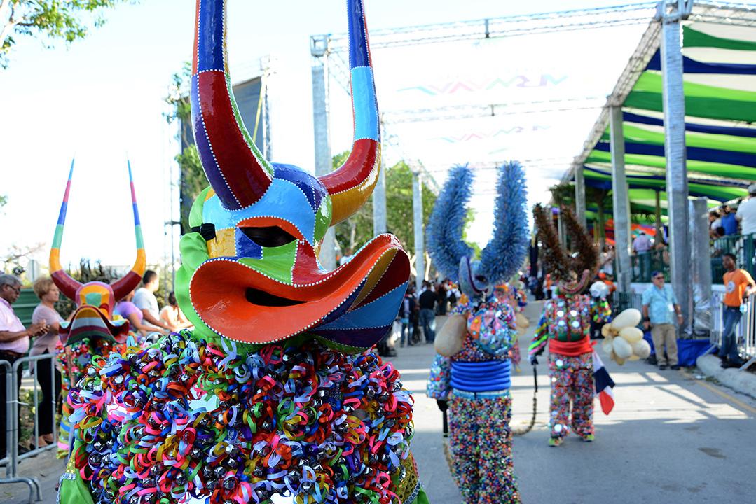 El desfile de carnaval de Punta Cana se realizó en el boulevard Primero de Noviembre. | Gabriel Alcántara