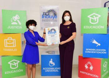 Gerty Valerio, directora de Comunicaciones Corporativas y Sustentabilidad, recibe el sello.