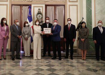 La vicepresidenta de la República, Raquel Peña, recibió insumos de protección sanitarios de parte  del Consejo Nacional de la Empresa Privada (Conep).