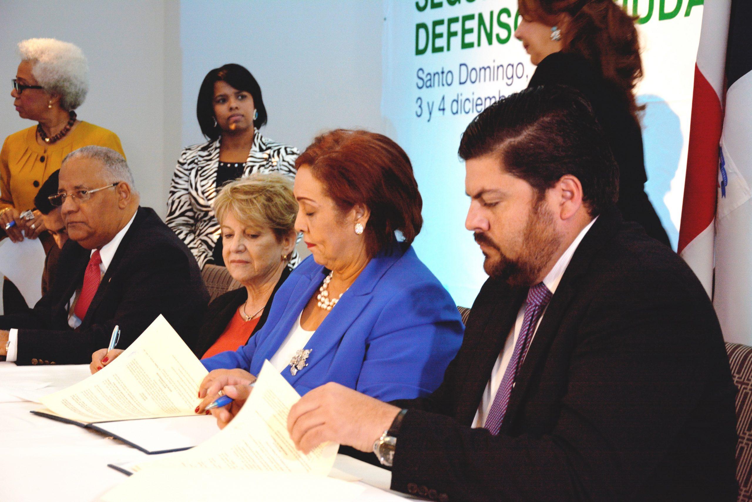 Nélsida Marmolejos, de la DIDA, y Carlos Mellado López, de la OPP, firmaron el acuerdo de colaboración. | GABRIEL ALCÁNTARA