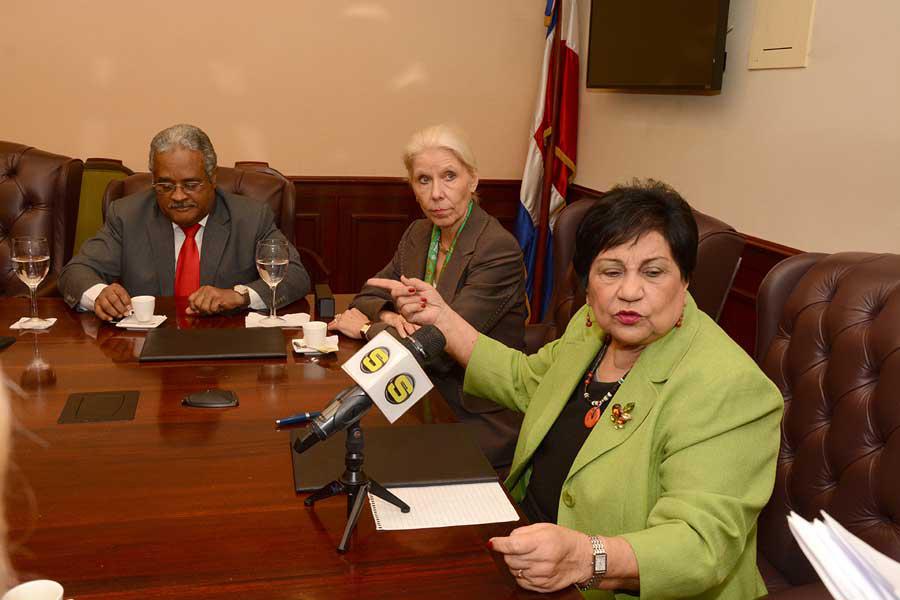 Ligia Amada Melo, ministra de Educación Superior, junto con autoridades de la embajada de Alemania durante la firma del acuerdo para impartir el idioma alemán a estudiantes becarios dominicanos.
