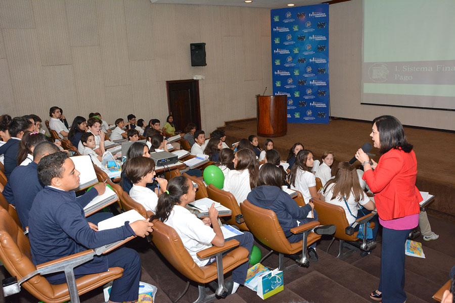 Estudiantes y público en general asisten cada día a participar de las charlas sobre finanzas personales que se ofrecen en la Semana Económica y Financiera del Banco Central./GABRIEL ALCÁNTARA.
