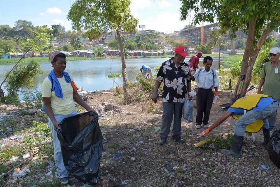 Jornada de limpieza del río Ozama encabezada por Onofre Rojas y personal de la Fundación Tropigas y Coalición Río./LÉSTHER ÁLVAREZ