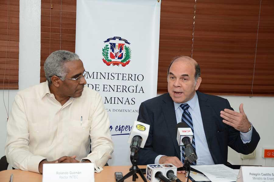 Rolando Gúzman, del Intec, y el ministro de Energía y Minas, Pelegrín Castillo, firmaron un acuerdo para impulsar el desarrollo tecnológico / LÉSTHER ÁLVAREZ