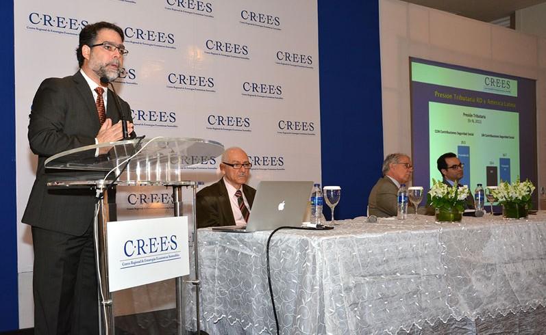 El vicepresidente ejecutivo del CREES, Ernesto Selman, introdujo el anteproyecto de reforma al Código Tributario
