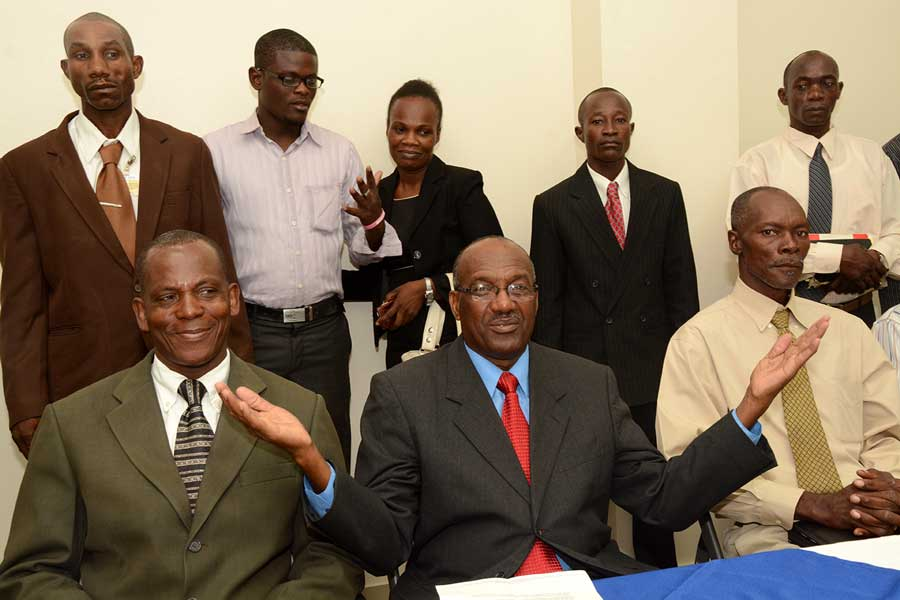Raúl Níquel, pastor evangélico haitiano, junto a la delegación de cristianos de su país que defienden el Plan Nacional de Regularización. / Lésther Alvarez.