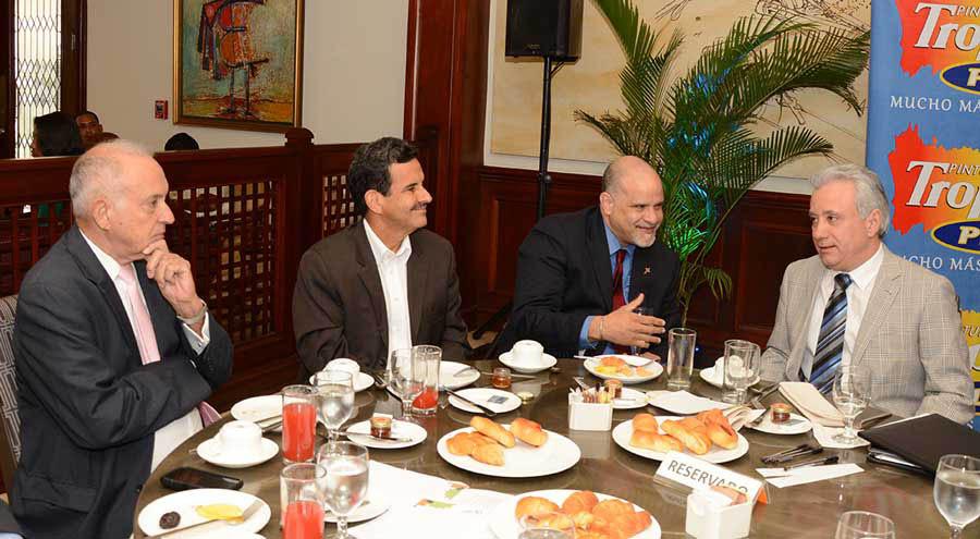 El director ejecutivo adjunto de la Agencia de Cooperación Caribbean Export, Escipión Oliveira; y Antonio Taveras Guzmán, de la Asociacion de Industriales de Herrera, presidieron el Desayuno Empresarial. /Lésther Álvarez