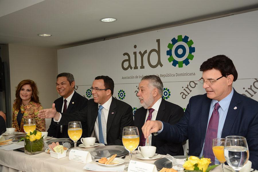 El canciller Andrés Navarro presentó ante los dirigentes de la AIRD una exposición sobre la política exterior del Gobierno. / LÉSTER ÁLVAREZ