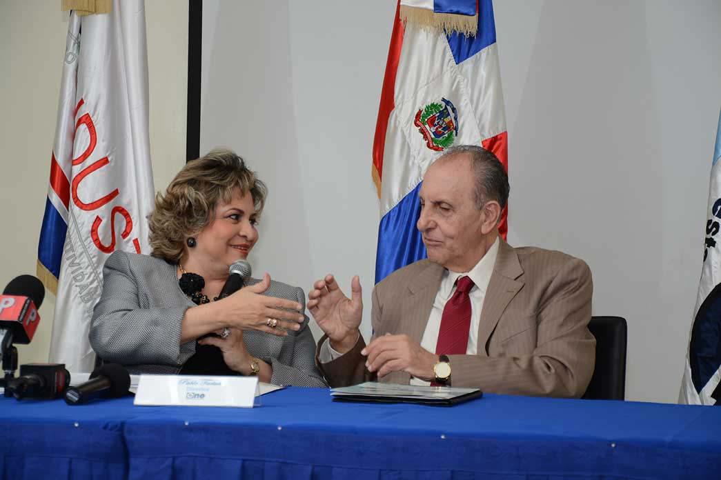 Alexandra Izquierdo, directora de ProIndustria, y Pablo Tactuk, titular dela ONE, durante la firma del acuerdo de cooperación institucional./Lésther Alvarez