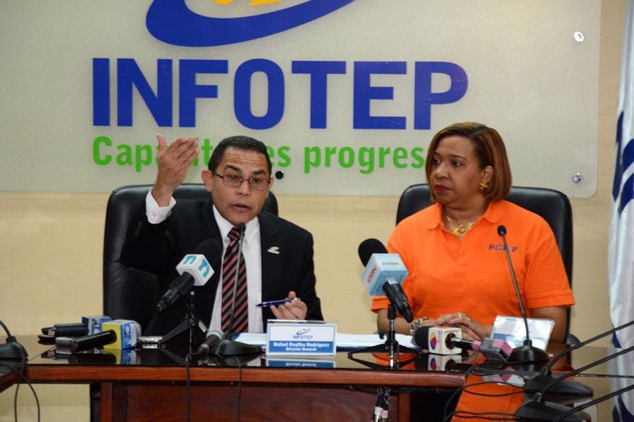 Rafael Ovalle, director general del Infotep, y Marina Gourgue, viceministra de Estado para la Formacion Profesional en Haití, firman acuerdo de cooperación bilateral./Lésther Alvarez